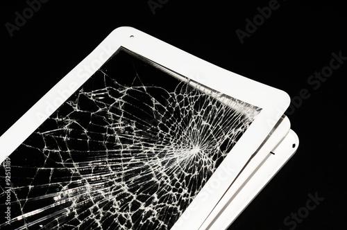 Tablet Bianco Rotto Con Schermo Incrinato Su Sfondo Nero Immagini