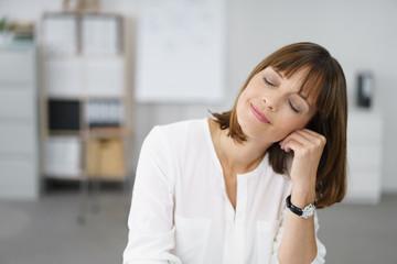 Geschäftfrau macht Pause im Büro