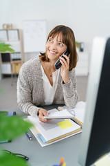freundliche geschäftsfrau am telefon