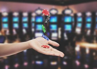 Fiche in mano casinò gioco d'azzardo