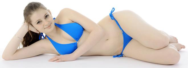 Mädchen in Bikini liegt und lächelt
