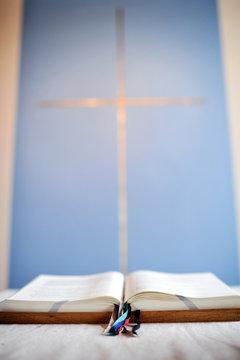 bibel auf einem altar