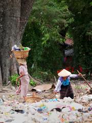 Volonteer cleaning the plastic mount of garbish