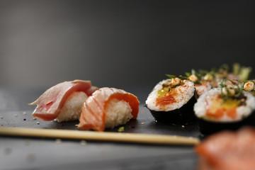 Fototapeta Klasyczne japońskie sushi i podane na kamiennym talerzu obraz