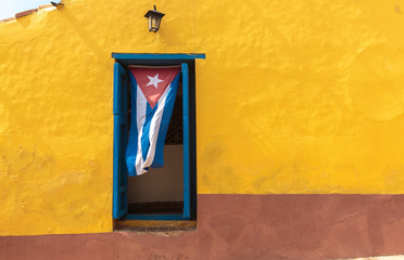 Photo sur Plexiglas La Havane Cuban flag in window