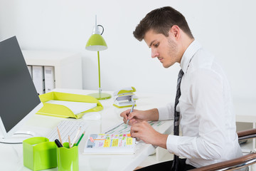 Fototapete - Businessman Working On Gantt Chart At Desk
