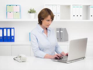 Büromitarbeiterin am Notebook