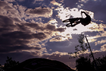 Mountainbiker springt durch die Luft