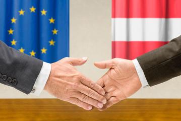 Vertreter der EU und Österreichs reichen sich die Hand