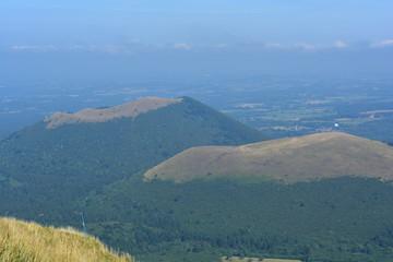 Les volcans d'Auvergne regagné par la végétation