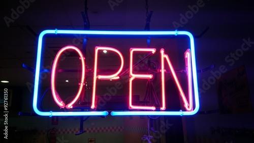 """Letrero De Open: """"Letrero De OPEN Con Luz De Neón"""" Fotos De Archivo E"""