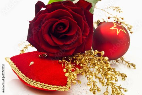 Christbaumkugeln Rose.Rote Rose Mit Goldenem Dekozweig Rote Christbaumkugel