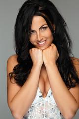 Mooie vrouw met lang zwart haar.