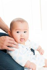 座っている笑顔の赤ちゃん
