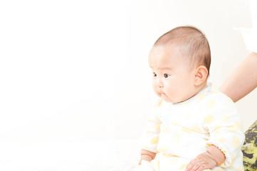 座っている赤ちゃん