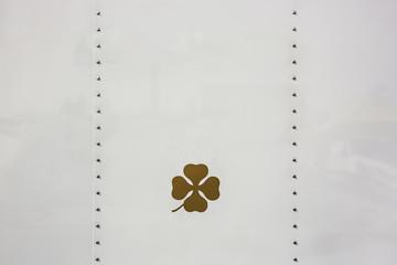 Lackfläche mit Kleeblatt