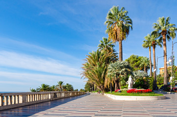 Foto auf Gartenposter Ligurien Sanremo (Italian riviera), promenade and Statua della Primavera