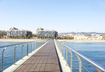 Puente mirador sobre las aguas de la playa de Badalona, Barcelona