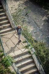 Fillette au bonnet de laine dans les escalier du Fort de la bastille