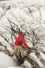 Hombre andando por un glaciar en Islandia.