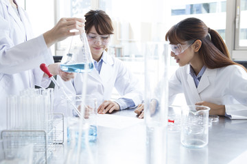 Women have fun experiment in the laboratory