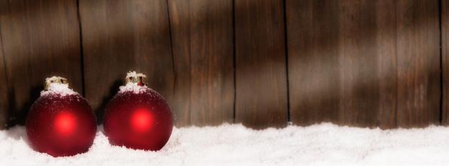 Christbaumkugeln im Schnee mit Textfreiraum