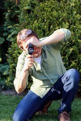 Mann dreht Film mit Super 8 Kamera