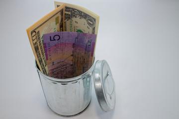 ゴミ箱の中のお金