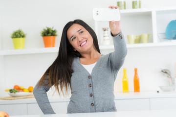 Frau macht Selfie in der Küche
