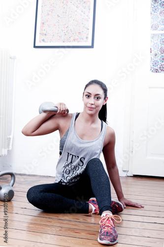 frau trainiert ihren rechten arm mit der kettlebell stockfotos und lizenzfreie bilder auf. Black Bedroom Furniture Sets. Home Design Ideas
