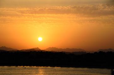schoener warmer sonnenuntergang mit berge und meer