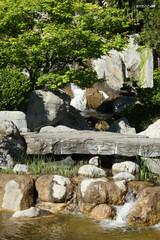 Lac avec cascade dans le parc Beautiful Garden. Green Lawn in Landscaped Formal Garden