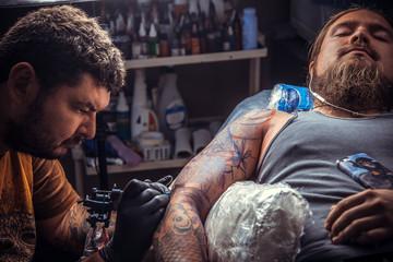 Tattoo artist makes a tattoo
