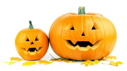 Halloween Kürbisse mit Gesichtern und Laub freigestellt