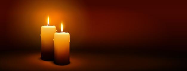 Zweiter Advent, zwei Kerzen - Kerzenschein auf dunkelbraunem Panorama Hintergrund - Adventszeit Banner. Horizontaler Banner für Homepage. Vorlage für Grußkarten, Trauerkarten und Traueranzeigen.