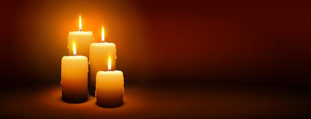 Vierter Advent, vier Kerzen - Kerzenschein auf dunkelbraunem Panorama Hintergrund - Adventszeit Banner. Horizontaler Banner für Homepage. Vorlage für Grußkarten, Trauerkarten und Traueranzeigen.