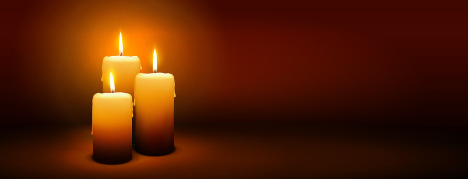 Dritter Advent, drei Kerzen - Kerzenschein auf dunkelbraunem Panorama Hintergrund - Adventszeit Banner. Horizontaler Banner für Homepage. Vorlage für Grußkarten, Trauerkarten und Traueranzeigen.
