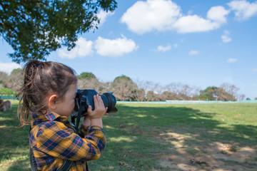 写真を撮る女の子