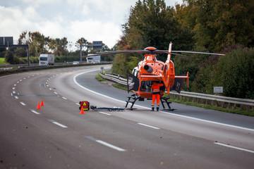 Rettungshubschrauber Christoph 2 steht am 7.10.2015 auf der A5 bei Ober-Mörlen nach einem schweren Verkehrsunfall. Die Autobahn ist voll gesperrt.
