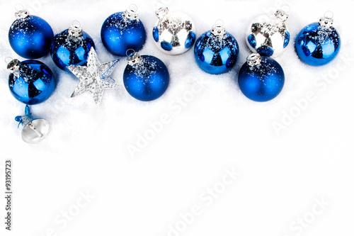 Blaue und silberne weihnachtskugeln in reihe und weihnachtssterne im schnee stockfotos und - Blaue christbaumkugeln ...
