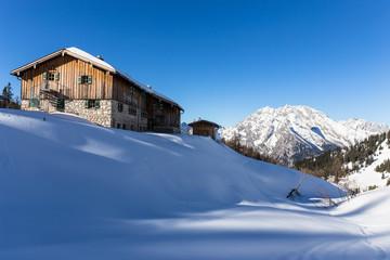 Winterliche Berghütte vor Watzmann