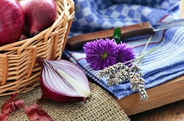 Schalotten - Zwiebeln / Geschnitten, auf Jute mit Körbchen / Küchentuch mit Messer und Blumen / Rustikal