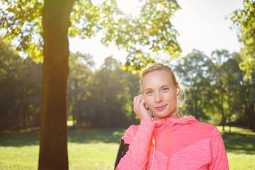 frau hört musik beim joggen mit ihrem smartphone