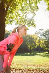 frau macht eine pause beim jogging