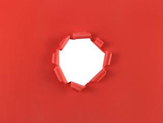 Loch in rotem Papier