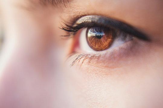 карий глаз девушки крупным планом