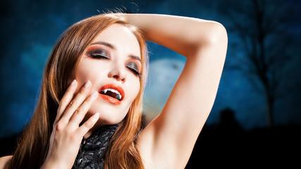 attraktiver weiblicher Vampir