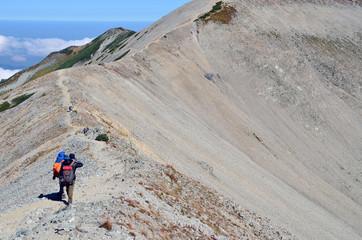 Foto op Aluminium Alpinisme 尾根を歩く登山者