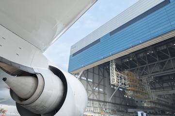 Jet engine and aircraft hangar