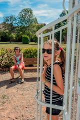 Femme et fillette sur œuvre d'art Le basket au jardin des sons de Pélussin
